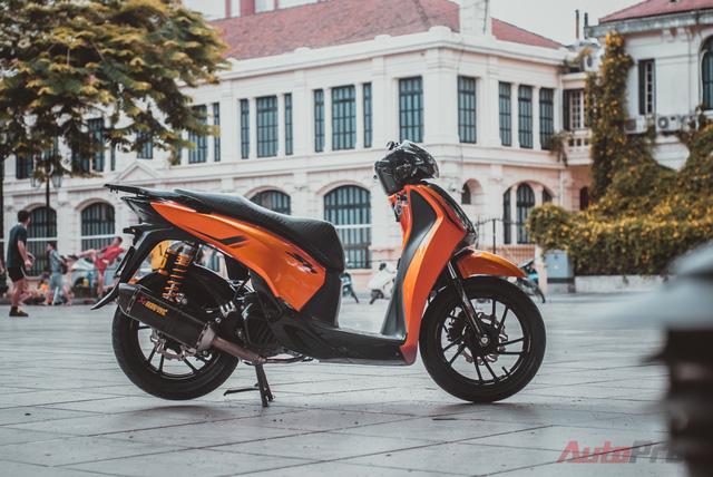 Cực chất với Honda SH 150i độ nhiều đồ chơi hiệu cùng tông màu cam/đen 14