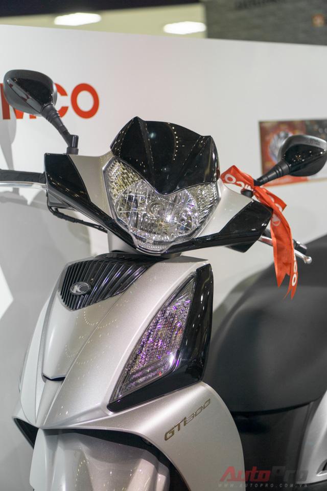 Theo khẳng định của nhà sản xuất, Kymco People GTi 300 được trang bị hệ thống đèn pha theo tiêu chuẩn châu Âu, đạt độ sáng cực đại.