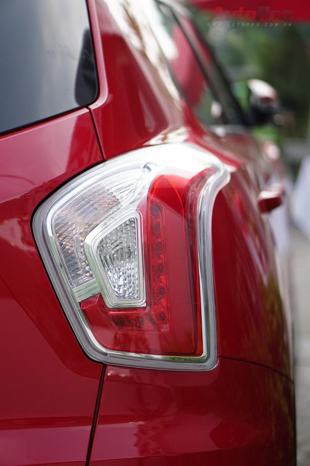 Đèn hậu LED và được thiết kế lạ mắt hình chữ L.