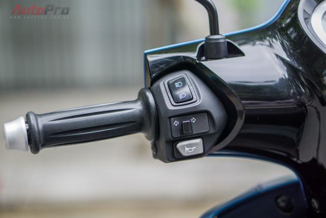 Tay lái trái với 3 nút điều khiển cơ bản: chế độ pha/cốt, xi nhan và còi.