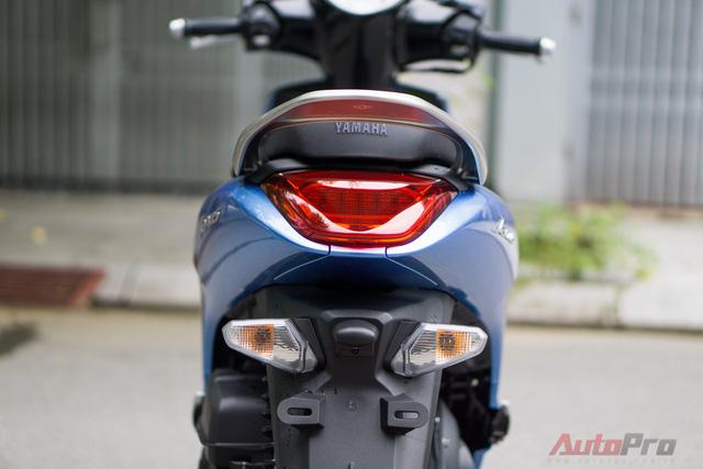 Tay nắm phía sau của Yamaha Janus dễ sử dụng hơn nhiều so với Yamaha Grande. Đèn báo rẽ phía sau có thiết kế khá thô trong khi đèn hậu được tạo hình điệu đà.