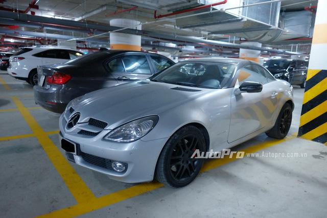 Mercedes-Benz SLK 200 từng một thời quần thảo trên đường phố Hà Nội nay cũng im lìm nằm dưới hầm để xe.