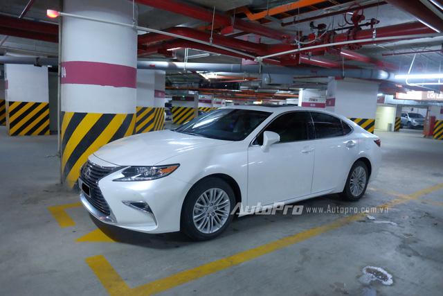 Mẫu xe sedan hạng sang Lexus ES 250 cũng lặng lẽ đỗ tại một tầng hầm có quá nhiều thương hiệu xe cao cấp.