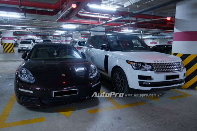 Cách đó không xa là một cặp đôi Porsche Panamera và Range Rover đỗ cạnh nhau.