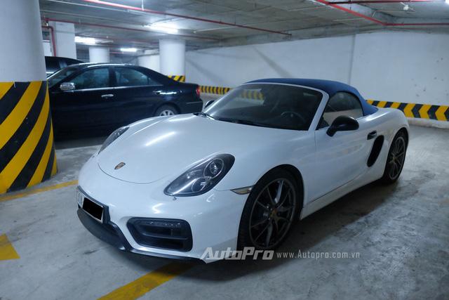 Một chiếc xe thể thao mui mềm Porsche Boxter cũng xuất hiện tại hầm để xe. Có vẻ như chiếc xe khá lâu đã không được sử dụng khi có một lớp bụi mỏng phủ trên thân xe.