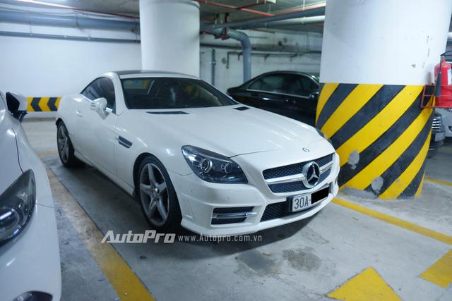 Mới hơn một chút thì tại hầm gửi xe này cũng có một chiếc Mercedes-Benz SLK 300 AMG.