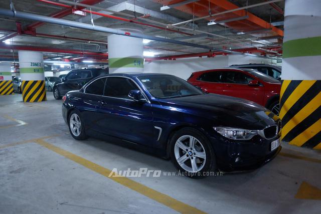 Chiếc xe hai cửa BMW 420i có giá gần 2 tỉ đồng tại hầm đỗ xe này.