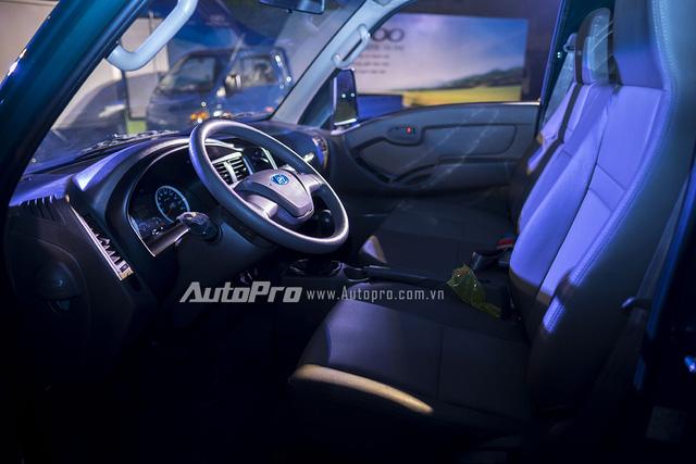 Cabin của Hyundai Porter H-100 đủ chỗ cho ba người ngồi cùng nhiều trang thiết bị tương tự như một chiếc xe du lịch.