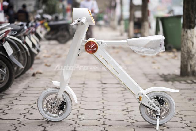 Lehe K2 là mẫu xe điện gấp được sản xuất tại Quảng Đông, Trung Quốc, với kiểu dáng khá giống với Scoot-E-Bike của hãng Raytroniks đến từ Mỹ. Theo nhà sản xuất, Lehe K2 được thiết kế lấy cảm hứng từ chữ K và có khả năng gập gọn gàng để cất vào trong cốp ô tô.