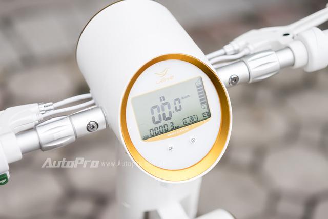 Lehe K2 sở hữu mặt đồng hồ điện tử hiện thị các thông tin về tốc độ, quãng đường đi, nhiệt độ, dung lượng pin và cả các cấp số cho xe.