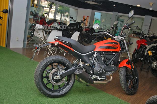 Ducati Scrambler Sixty2 có kích thước tổng thể bao gồm chiều dài 2.150 mm, rộng 860 mm và cao 1.165 mm. Trong khi đó, chiều dài cơ sở đạt mức 1.460 mm, dài hơn 15 mm so với phiên bản 800 phân khối.