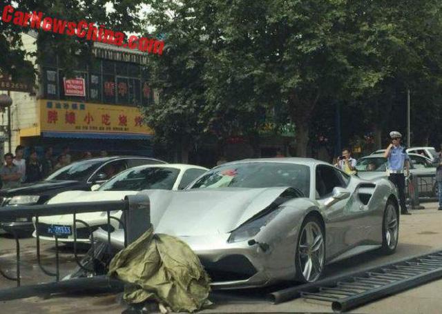 Chỉ vì tránh chó qua đường 2 siêu xe Ferrari 488 GTB bị hư hỏng nặng 1