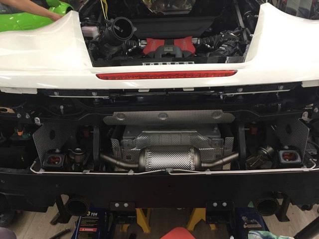 Ferrari 488 GTB với bộ ống xả độ Akrapovic.