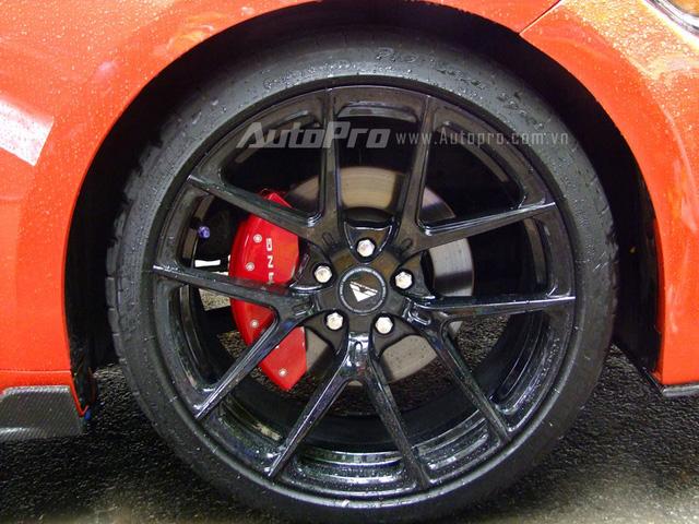 Bộ vó mới 20 inch của chiếc Mustang độ nửa tỷ Đồng đến từ nhà độ Vorsteiner có thiết kế 5 chấu hình chữ V, được sơn màu đen bóng đối lập với ngoại thất cam. Điểm nhấn của la-zăng này là cùm phanh sơn đỏ nổi bật.