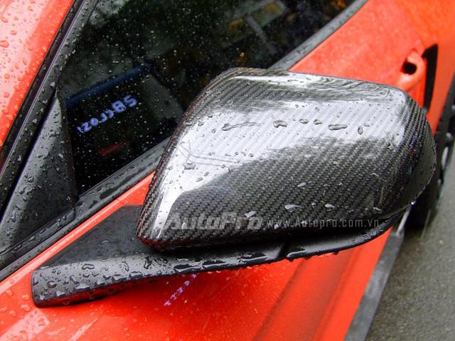 Vỏ gương được phủ sợi carbon cao cấp.