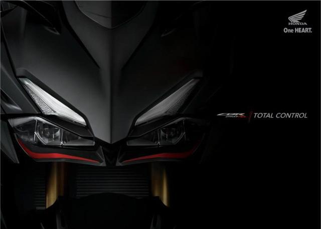 Kích thước tổng thể của xe là 2.060 x 724 x 1.098 (mm), chiều dài trục cơ sở là 1.389mm. Honda CBR250RR 2016 sở hữu khoảng sáng gầm xe 145mm, chiều cao yên 790mm và dung tích bình xăng 14,5 lít.