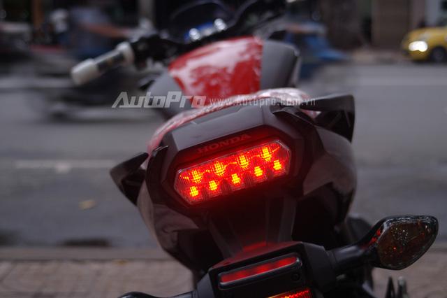 Cụm đèn hậu sử dụng công nghệ LED.