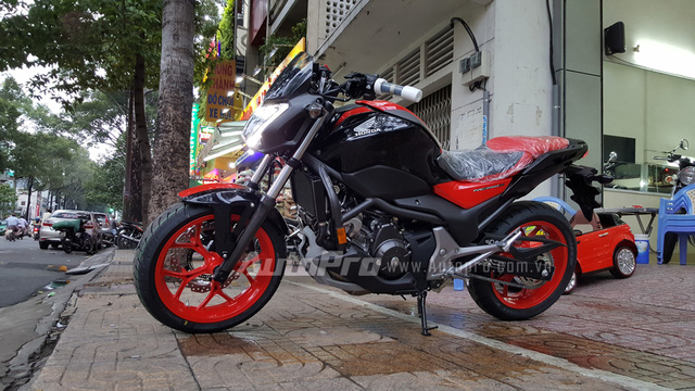 Honda NC750S 2016 có kích thước tổng thể bao gồm chiều dài 2.215 mm, rộng 775 mm và cao 1.130 mm. Chiều dài cơ sở 1.520 mm, chiều cao yên tính từ mặt đất khoảng 790 mm và khoảng sáng gầm 140 mm.