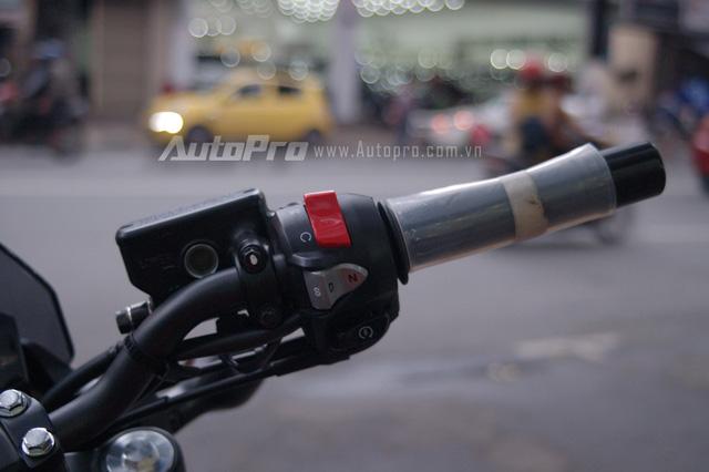 Kết hợp với khối động cơ trên là hộp số ly hợp kép DCT với cùm công tắc thiết lập 3 chế độ chạy nằm phía tay lái bên phải. Trong đó, đáng chú ý nhất là chế độ lái thể thao ký hiệu là S sẽ giúp động cơ tăng vòng quay cao hơn trước khi sang số. Ngoài ra, khi điều khiển xe trong phố đông đúc người lái có thể chọn chế độ D hoặc N tùy theo nhu cầu.