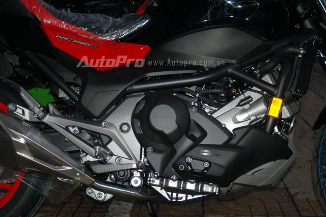 Ngoài ra, khối động cơ xi-lanh đôi được tinh chỉnh lại nhằm đáp ứng tiêu chuẩn khí thải Euro 4 là điểm nâng cấp ấn tượng nhất của chiếc nakedbike 750 phân khối.