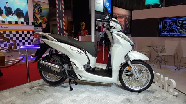 Tại triển lãm xe máy 2016, bên cạnh dòng tay ga Honda SH Việt 125i và 150i, Honda Việt Nam cũng mang đến triển lãm ông hoàng tay ga cao cấp SH 300i 2016 với những nâng cấp ấn tượng từ hình dáng đến những công nghệ hiện đại.