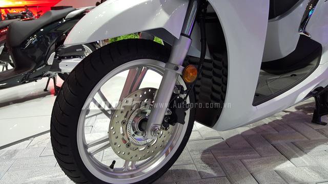 Hệ thống treo cũng được thiết kế lại trong đó điểm chú ý là hệ thống chống bó cứng phanh ABS cũng được trang bị trên mẫu xe tay ga cao cấp này.