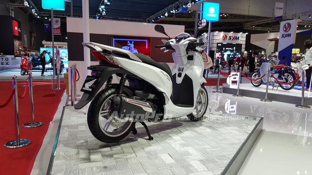 Thực chất những chiếc Honda SH 300i thế hệ mới đã được các nhà nhập khẩu tư nhân đưa về nước vào cuối tháng 8/2015 và nhanh chóng nhận được nhiều chú ý của các khách hàng Việt. Tại thời điểm đưa về nước, chiếc tay ga 300 phân khối có giá bán lẻ 325 triệu Đồng.