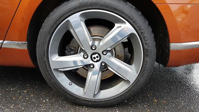 Mâm 5 chấu cỡ lớn với logo Bentley chính giữa.