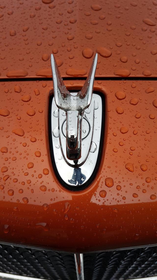 Biểu tượng Bentley trên nắp capo.