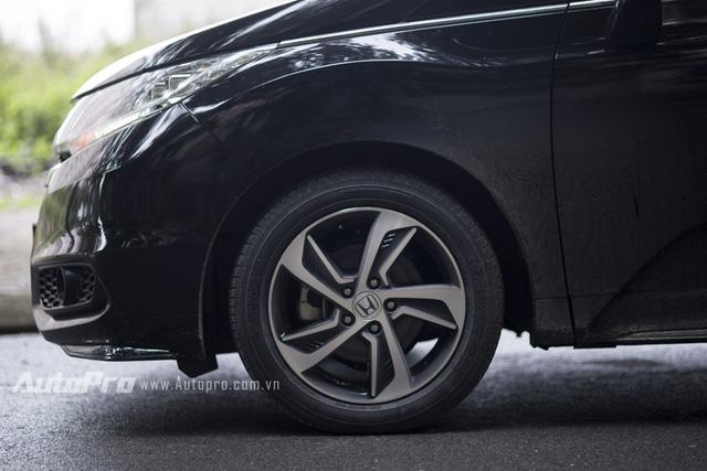 Honda Odyssey được trang bị vành la-zăng hợp kim 17 inch 5 chấu kiểu lưỡi đao giống Honda City hay Honda C-RV. Cặp lốp của Honda Odyssey có kích thước 215/55R17 94V.