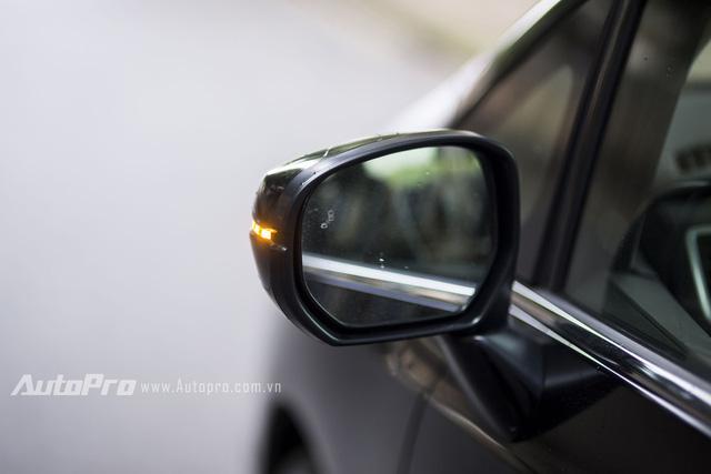 Gương chiếu hậu tích hợp xi nhan và đèn báo cảm biến có xe vượt.