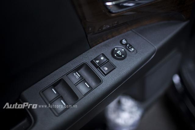 Xe được trang bị hệ thống gương điều khiển điện cùng kéo kính điều khiển tự động.