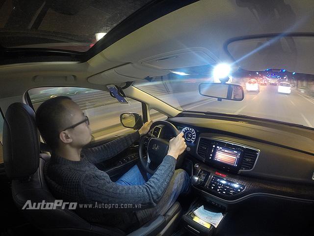 Trên đường cao tốc, Honda Odyssey cho cảm giác tăng tốc khá tốt dù chỉ sở hữu động cơ 1.4L trong thân xác nặng hơn 1,8 tấn.