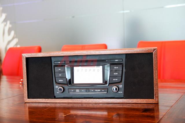 Một bộ âm thanh rẻ tiền nhất được chúng tôi đặt hàng anh Hồng Anh làm: Có đầy đủ chức năng của một dàn âm thanh trên xe oto, bộ âm thanh oto tháo xe còn rất mới có giá 350 ngàn đồng. Bộ loa được sử dụng là loại loa tivi có công suất cao. Với những bộ đầu âm thanh trên xe đắt tiền có tính năng bluetooth nên tính kết nối rất đa dạng. Bộ đầu này không có tính năng đó, thay vào đó anh Hồng Anh trang bị một đường vào giắc 3.5mm và cổng usb tích hợp, ngoài ra trong đầu cũng có tích hợp sẵn ổ cứng để nghe nhạc. Tổng chi phí cho một bộ dàn âm thanh thế này có giá khoảng 1,5 triệu Đồng.