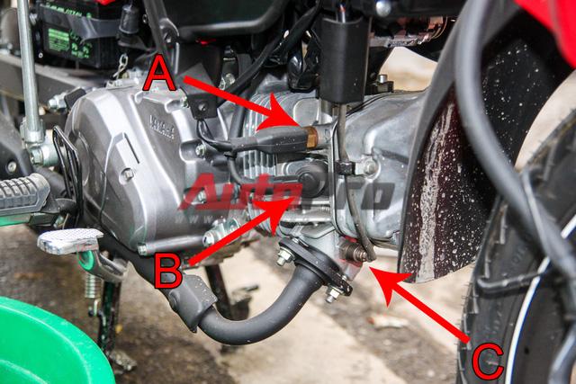 Các chi tiết phần lốc máy. A: cảm biến nhiệt động cơ. B: tẩu bugi. C: cảm biến khí thải. Cảm biến khí thải đọc khí thải, phát hiện ra tình trạng xăng và ô-xy để đưa thông tin về IC, giúp xe luôn có hỗn hợp nhiên liệu tối ưu. Các chi tiết ở đầu máy dễ tiếp cận, ngay cả khi chưa tháo cánh yếm xe.