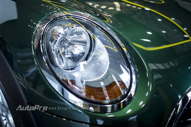 Tiếp đến là hệ thống chiếu sáng của xe cũng chỉ là bóng dạng Halogen và không có đèn LED định vị ban ngày tích hợp nữa. Đèn định vị ban ngày của MINI One chuyển xuống phía dưới gầm xe cùng đèn sương mù và cũng chỉ là bóng halogen.