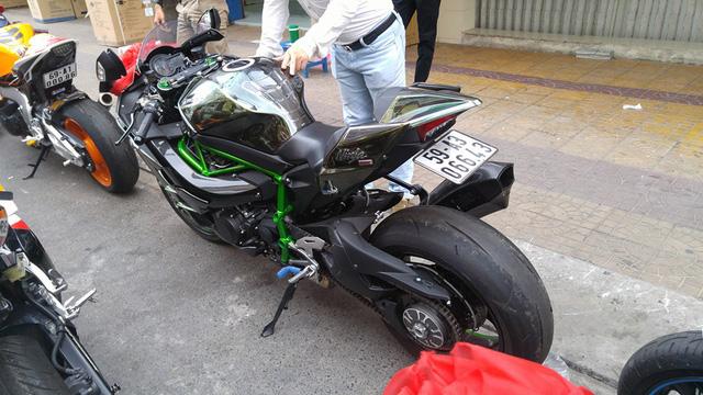 Nổi bật trong đoàn mô tô phân khối lớn đi rước dâu là Kawasaki Ninja H2. Tại thị trường Việt Nam, chiếc superbike đình đám này có giá bán hơn 1 tỷ Đồng. Xe được trang bị động cơ 4 xi-lanh siêu nạp, DOHC, 16 van, dung tích 998 phân khối, sản sinh công suất tối đa 207 mã lực. Sức mạnh được truyền tới bánh xe thông qua hộp số 6 cấp.
