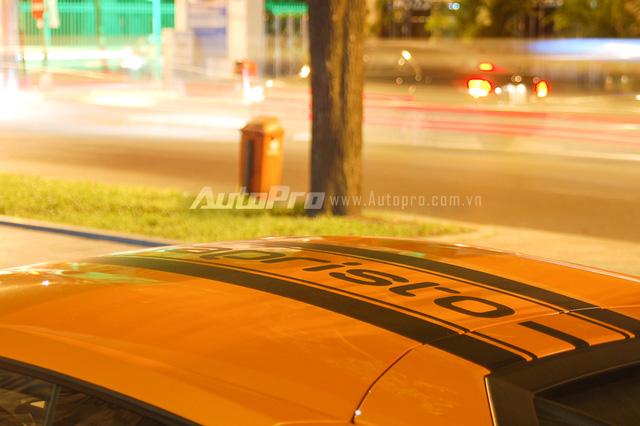 Trên nóc và đuôi của chiếc Lamborghini Huracan màu cam tại Sài thành còn xuất hiện tên nhà độ chuyên sản xuất ống xả đến từ Đức. Đây cũng là dấu hiệu nhận biết so với chiếc Lamborghini Huracan cam tại Đà Nẵng cũng được trang bị gói độ Vorsteiner Verona Edizione.