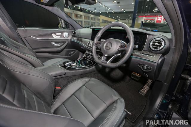 Vô lăng đáy phẳng của Mercedes-Benz E220d AMG Dynamic