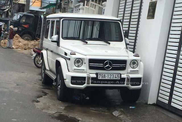 Ngoài biển tứ hay ngũ quý, những tay chơi Việt còn ưa chuộng biển tiến hay còn gọi là sảnh. Trong ảnh là chiếc Mercedes-Benz G63 AMG khá hiếm trong bộ màu trắng và đến từ thành phố biển Nha Trang.