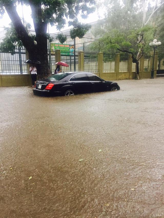 """Mưa bão, xe sang Mercedes S63 AMG """"chết đuối"""" tại Hà Nội 3"""