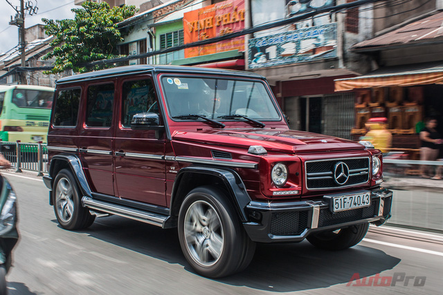 Hồi đầu năm 2015, chiếc Mercedes G63 AMG màu đỏ Tomato Red độc đáo xuất hiện đã làm xao xuyến biết bao trái tim giới mộ điệu. Tới nay, xe đã lăn bánh trên đường phố với biển trắng của đại gia Sài Gòn.