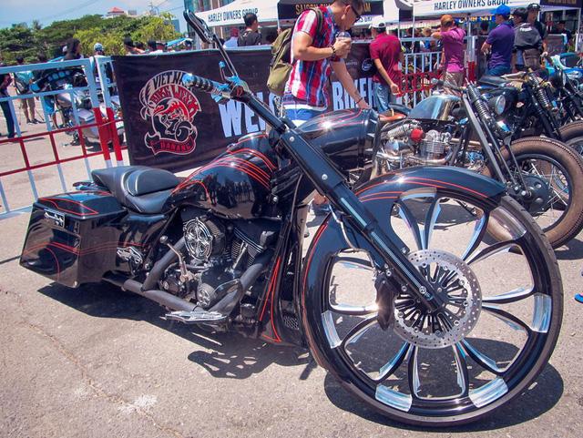 Một chiếc Harley-Davidson gây chú ý với mâm trước có đường kính lên đến 30 inch.