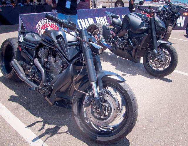 Bộ đôi hắc công tử Harley-Davidson V-Rod cùng Suzuki B-King đọ dáng cùng nhau. Trong đó chiếc V-Rod từng gây xôn xao trong giới biker khi xuất hiện bên cạnh Người Dơi phiên bản Việt.