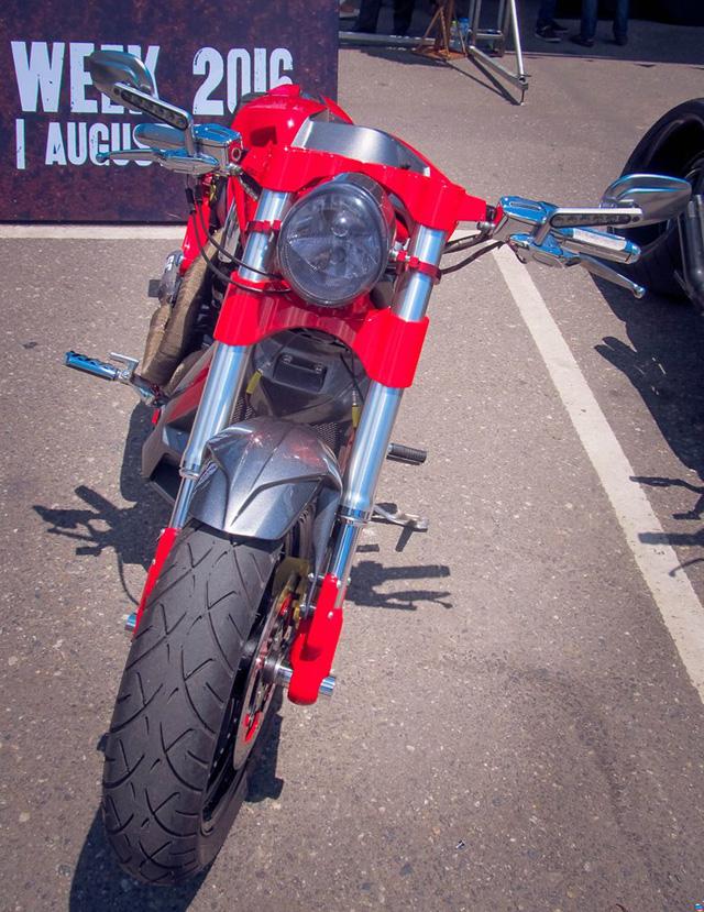 Theo chia sẻ của anh S.N, phù thủy của bản độ Harley-Davidson V-Rod độc nhất Việt Nam thì chiếc xe phân khối lớn được tạo hình lại hoàn toàn và điểm nhấn nằm ở cặp bánh béo 360mm.