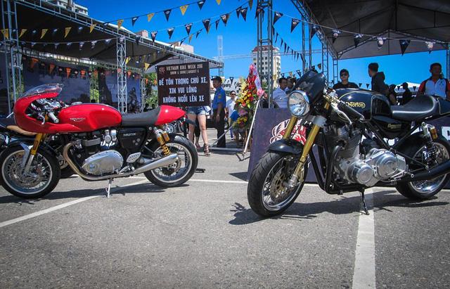 Bộ đôi café racer là Norton Commando 961 và Triumph Thruxton R đọ dáng cùng nhau.