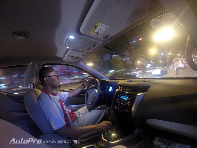Vô-lăng của Nissan Navara EL vẫn là loại trợ lực thuỷ lực tương tự những người anh em VL, S và E nên mang lại cảm giác hơi nặng khi di chuyển chậm trong phố và hơi nhẹ khi đi ở tốc độ cao trên đường cao tốc.