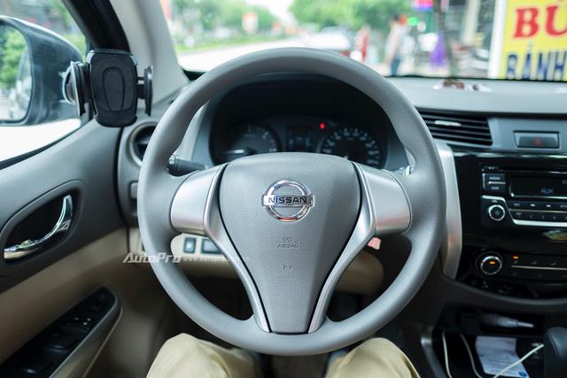 Nissan Navara EL có vô-lăng ba chấu nhưng lại không có những nút bấm điều khiển tích hợp.