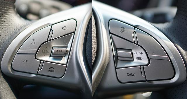 Các nút điều khiển: tăng/giảm âm lượng, đàm thoại rảnh tay,... trên vô lăng.
