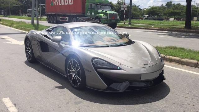 Được biết, sau khi coi mắt siêu xe McLaren 570S đang được trưng bày tại một công ty nhập khẩu tư nhân Quận 5, doanh nhân Quốc Cường đã chốt giao dịch và trở thành chủ nhân của chiếc siêu xe độc nhất vô nhị tại thị trường Việt Nam hiện nay.